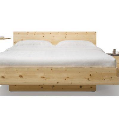 Bett nox in Zirbe mit Beistelltisch sidekick und Nahtkästchen cubus pure