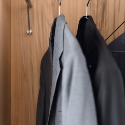 Diele cubus - Dielenschrank oder Dielennische mit filigraner Edelstahl-Kleiderstange