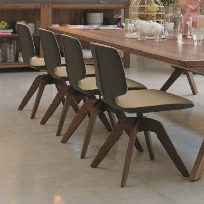 Drehstuhl aye an Tisch yps
