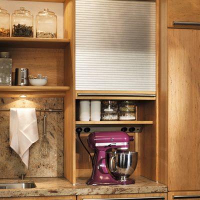 Küche Rondo in Erle mit Aufsatzschrank und Metallrollo