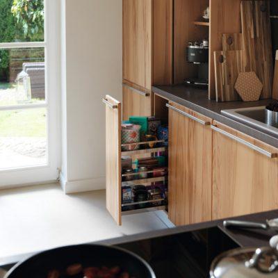 Küche Rondo in Kernbuche mit Apothekerauszug