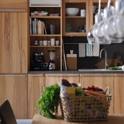 Küche Rondo in Kernbuche mit Aufsatzschrank und geöffnetem Edelstahlrollo