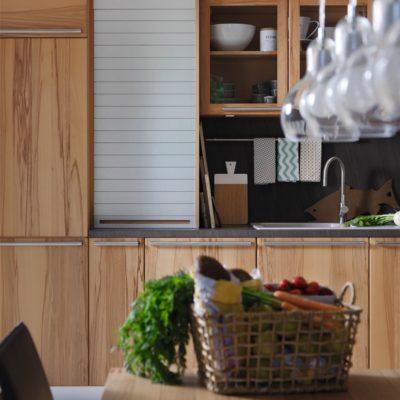 Küche Rondo in Kernbuche mit Aufsatzschrank und geschlossem Edelstahlrollo