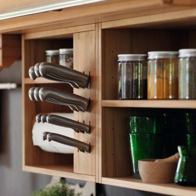 Küche Rondo in Kernbuche mit unterschiedlichen Nischenelementen