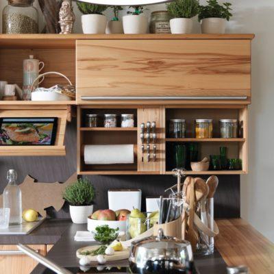 Küche Rondo in Kernbuche mit verschiedenen Nischenelementen
