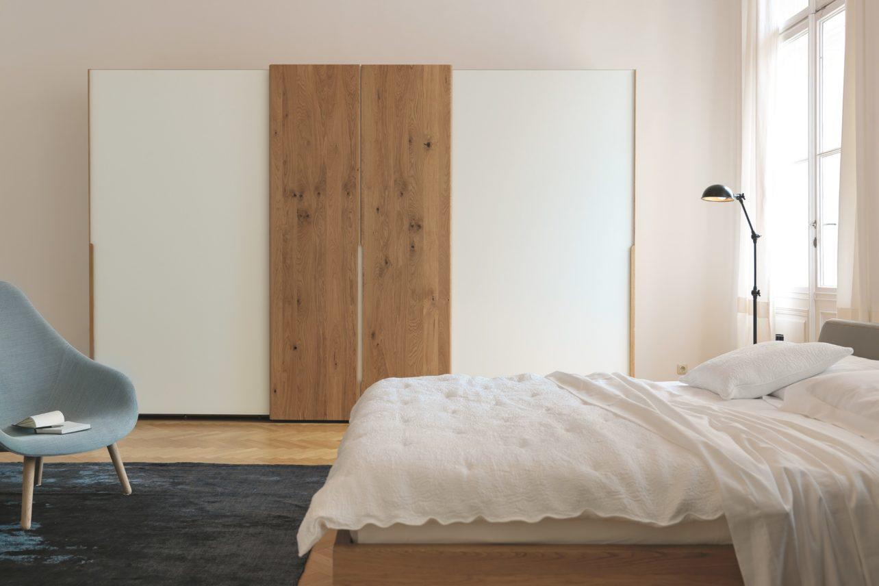 Kleiderschrank nox mit Holz- und Farbglasschiebetüren