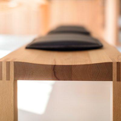 Sitzbank loft mit präzise ausgeformter, konkaver Sitzmulde