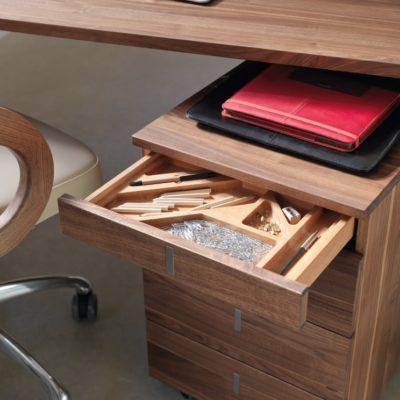 Rollcontainer Cubus mit eingefrästen Mulden im obersten Schubfach für die Schreibutensilien