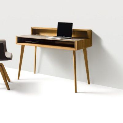 Schreibtisch sol in Eiche mit Aufsatz - daneben Armlehnstuhl aye