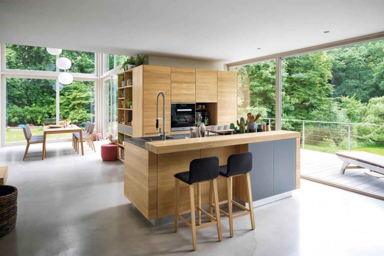 Küche linee in Eiche und Farbglas taupe, im Vordergrund Hocker ark