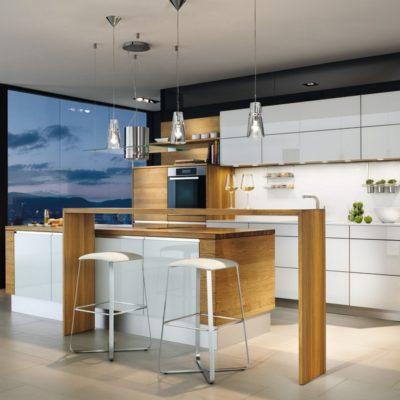 Küche linee in weiss mit vorgestellter Theke in Eiche