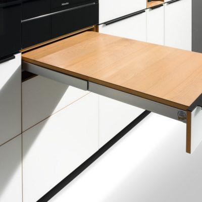 Küche linee mit Tablett-Auszug voll ausgefahren