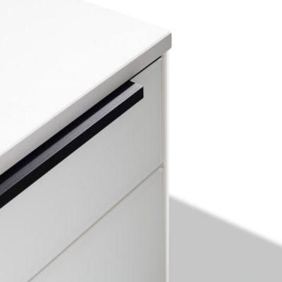 Küche linee mit filigranem Griffprofil Edelstahl Finish schwarz