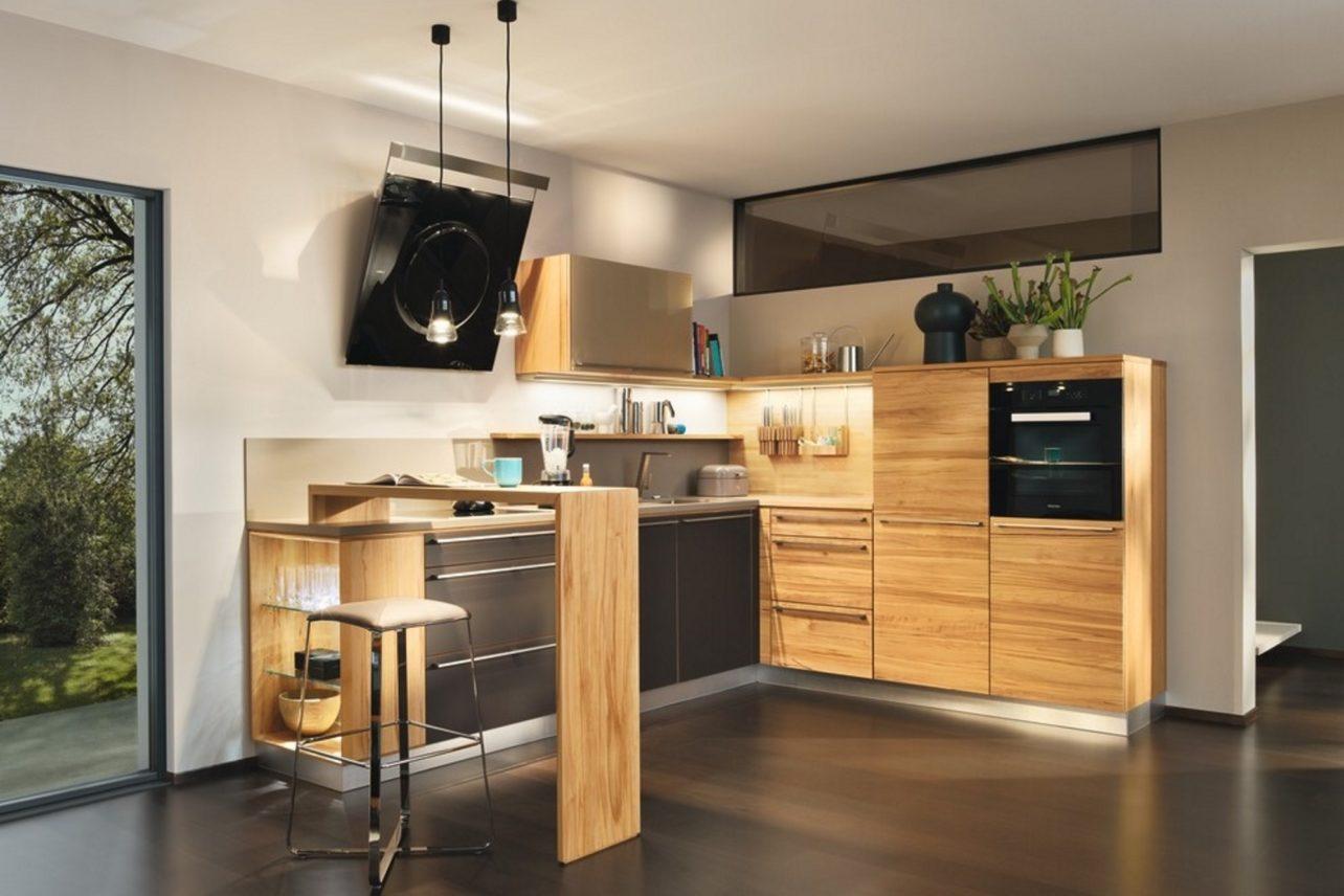 Küche l1 und Theke in Kernbuche sowie Fronten teilweise in Farbglas