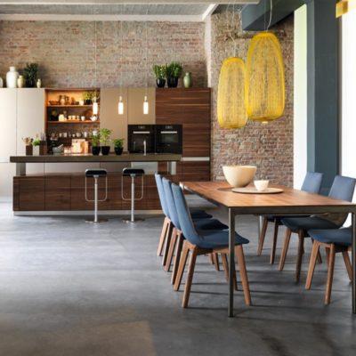 Küche k7 mit Tisch tak und Bestuhlung lui in Nussbaum