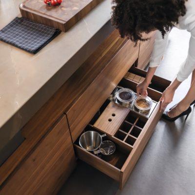 Küche k7-Unterschrank mit 2 Ladenzügen hier mit Orgaset incl. Holzdeckel, Flaschen- und Gewürzdoseneinsatz sowie Edelstahldosen