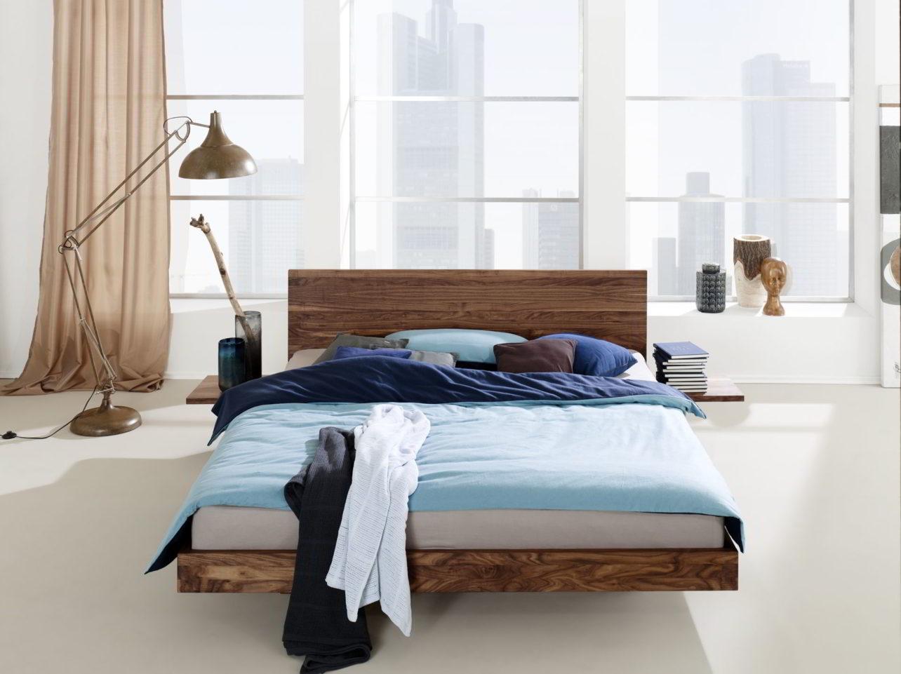 Bett Nido Nussbaum mit niedrigen Seitenteilen