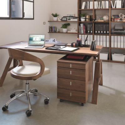 Rollcontainer Cubus in Nussbaum an Schreibtisch Atelier
