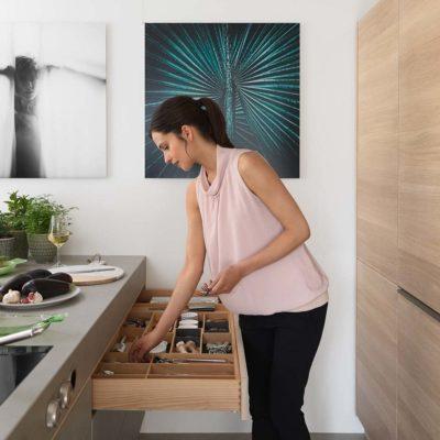 Küche filigno mit grifflosen Touchmechanismen und filigranen Griffprofilen in Edelstahl-Finish