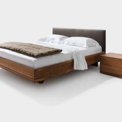 Bett RILETTO-Nussbaum geölt-Bettseiten in Holz-Kopfhaupt in Leder schwarz