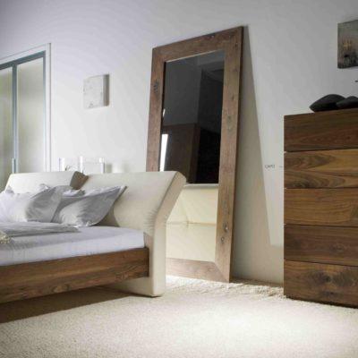 Massivholzbett Corso in Astnuss geölt mit Aluminiumgussfüßen und verstellbarem Komfort-Polsterkopfteil