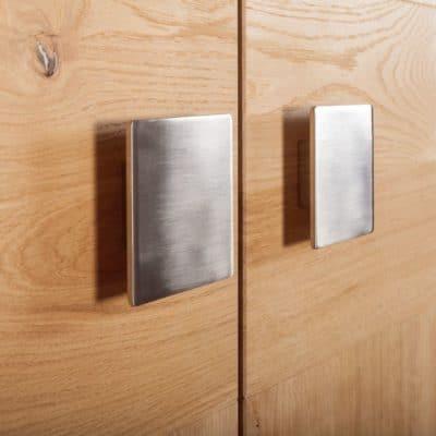 Massivholzkleiderschrank Capo, Detail quadratischer Metallgriff