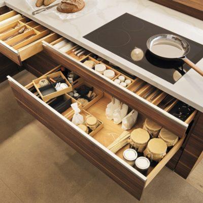 Küche linee in Nussbaum mit variantenreichen Ladenaufteilungen
