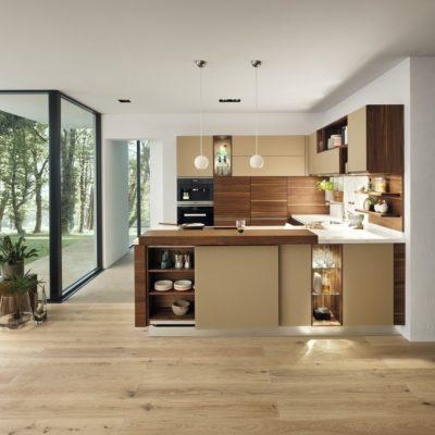 Küche Linee in Nussbaum und Farbglas kiesel