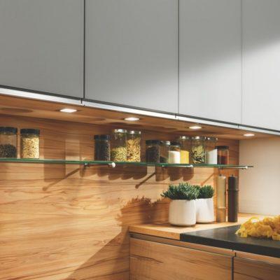 Küche linee mit Glasbord auf Edelstahlträger