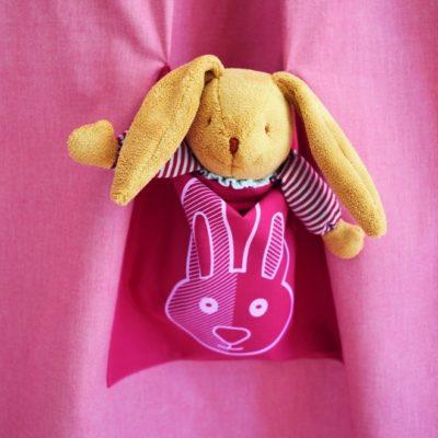 Kaninchentasche im Vorhang