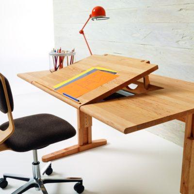 Schreibtisch MOBILE neigbarer Platte in maximaler Stellung
