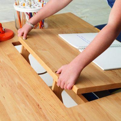 Schreibtisch MOBILE, einfache Verstellung des Neigungswinkels