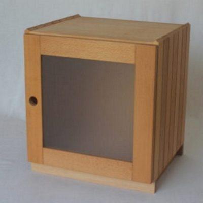 Stapelbox mit Rahmentür und Milchglasfüllung auf Sockel