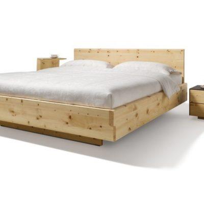 Bett nox in Zirbe hier einmal in Kombination mit dem Nahtkästchen aus der Serie cubus pure