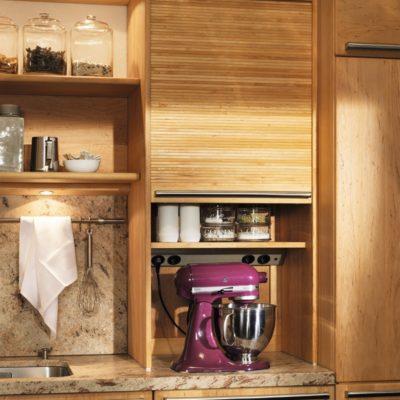 Küche Rondo in Erle mit Aufsatzschrank und Holzrollo