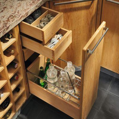 Küche Rondo in Erle mit Flaschenauszug und internen Auszügen