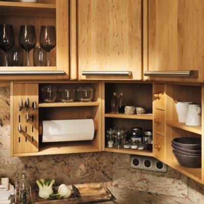 Küche Rondo in Erle mit Nischenschränken über Eck