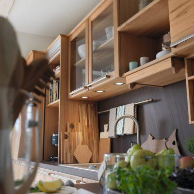 Küche Rondo in Kernbuche mit Beleuchtungsvariante LED-Einzelleuchten