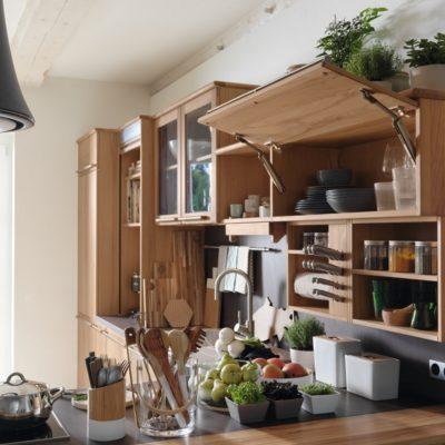 Küche Rondo in Kernbuche mit geöffneter Oberschrankklappe-