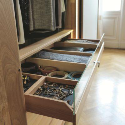 Kleiderschrank nox mit Hemdenzieher mit 2 Accessoireboxen und 3 Klemmgefachen