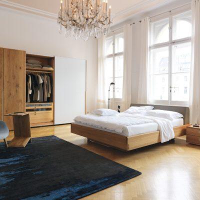 Schlafzimmer nox hier mit geöffnetem Kleiderschrank nox