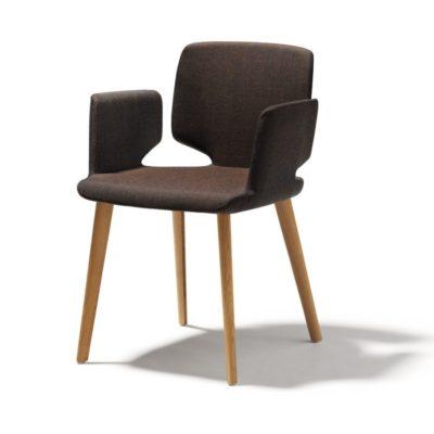 Stuhl aye, Gestell Eiche - Sitzfläche und Armlehne mit Stoffbezug dunkelbraun