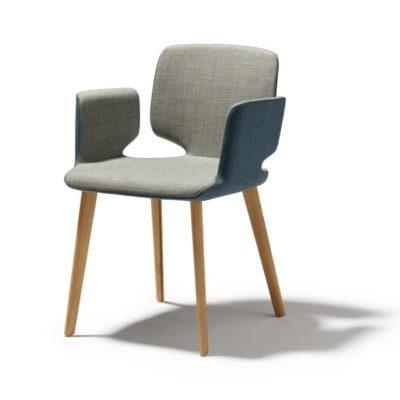 Stuhl aye, Gestell Eiche mit Sitzfläche und Armlehne in Stoffbezug taupe-hellblau