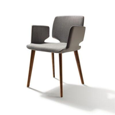 Stuhl aye, Gestell Nussbaum und Sitzfläche mit Stoffbezug, außen in Leder grau