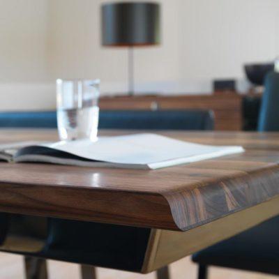 """Tisch nox mit dem Erkennungsmerkmal der Modellreihe nox, dem geschwungenen """"S"""""""