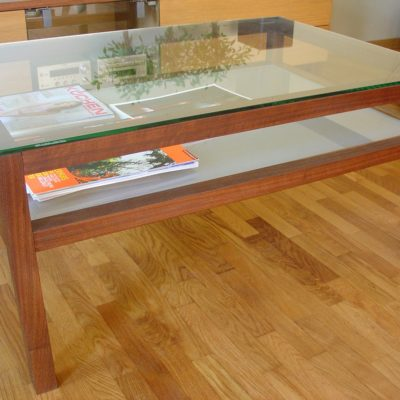 Couchtisch LATTE in Wallnussholz mit aufgelgter Klarglasplatte und Zwischenfach in Mattglas