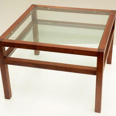 Couchtisch LATTE mit eingelegter Klarglasplatte und Zwischenfach ebenfalls in Klarglas