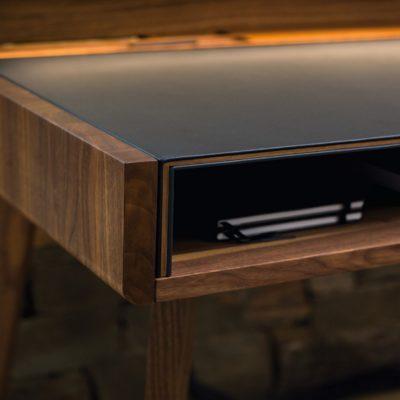 Schreibtisch sol mit eingeschobener, lederbezogener Schreibtischplatte