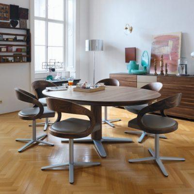 Tisch girado in Nussbaum mit Bestuhlung girado