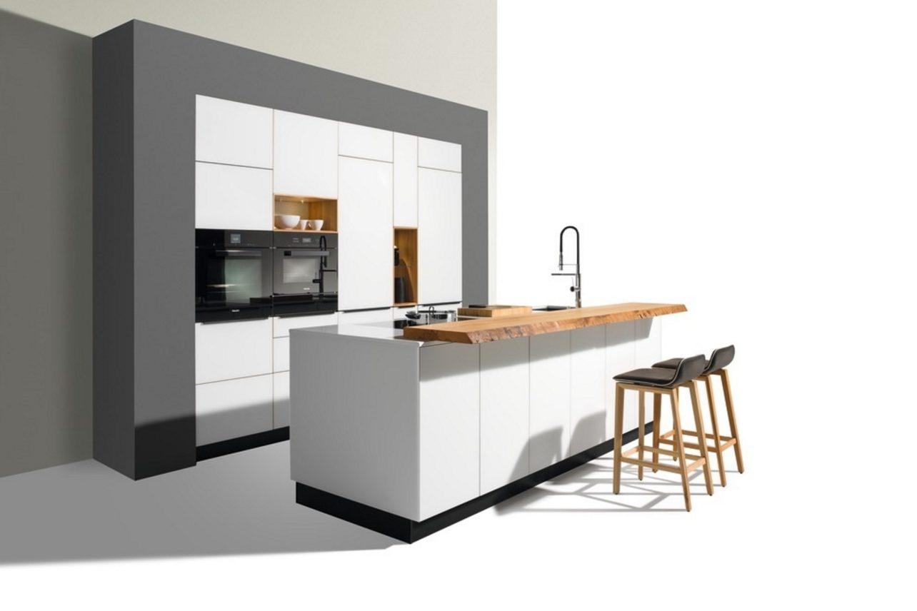 Küche linee weiss, hier in Eiche mit Farbglas weiss
